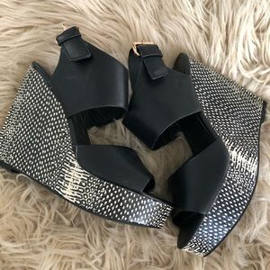Mossimo black and white wedges. Like new.